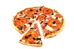 Pizza och skiva med bacon, tomater, oliv och champinjoner på vit bakgrund arkivfoto