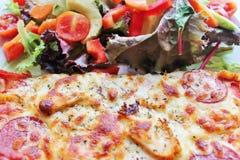 Pizza och sund sallad Arkivfoto