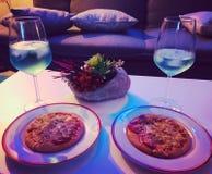 Pizza och vin fotografering för bildbyråer