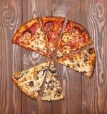 Pizza ohne zwei Stücke, vegetarischen Pilz und Fleisch lizenzfreie stockfotografie