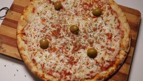 Pizza, olives et condiments italiens banque de vidéos