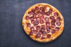 Pizza op bord Royalty-vrije Stock Fotografie