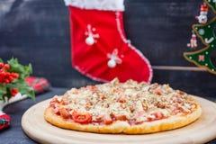 Pizza op de Kerstmis en Nieuwjaarachtergrond Stock Afbeelding