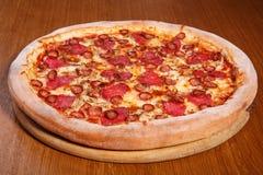 Pizza op de lijst Stock Foto