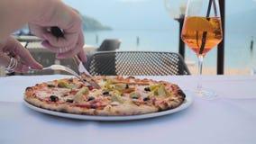 Pizza op de Lijst in Koffie stock footage