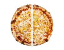 Pizza op de witte achtergrond wordt geïsoleerd die Stock Fotografie