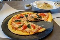 Pizza op de Zwarte Plaat stock foto's