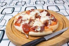 Pizza op dienblad Stock Foto's