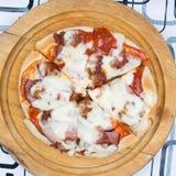 Pizza op dienblad Royalty-vrije Stock Afbeelding