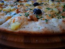 Pizza op een houten raad royalty-vrije stock foto