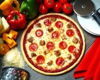 Pizza op een plaat stock foto's