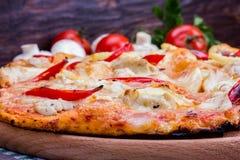 Pizza op een plaat Royalty-vrije Stock Afbeeldingen