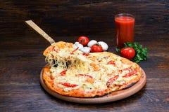 Pizza op een plaat met een spatel aan plak Royalty-vrije Stock Afbeeldingen