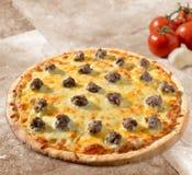 Pizza op tegel stock afbeelding
