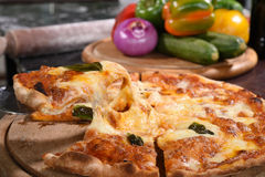Pizza opheffende plak op houten raad Royalty-vrije Stock Foto's