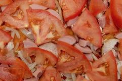 Pizza orgánica con las rebanadas de salchicha de la cebolla del tomate fotografía de archivo