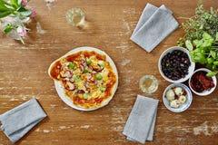 Pizza orgânica deliciosa do vegetariano em linha reta do forno fotografia de stock