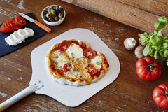 Pizza orgânica fresca na pá fresca fora do forno foto de stock royalty free