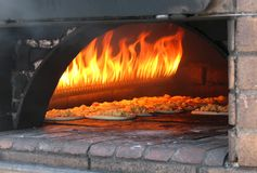 Pizza in oude oven royalty-vrije stock foto's