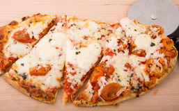 Pizza ovale coupée en tranches chaude fraîche Photos stock