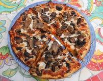 Pizza på blåa Willow Plate Royaltyfri Foto