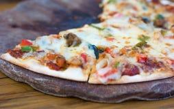 Pizza på den wood tabellen Arkivbild