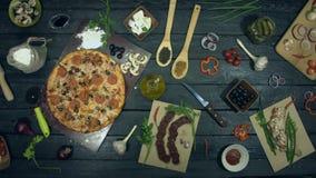 Pizza på ekologisk svart bakgrund
