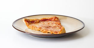 Pizza på en plätera Royaltyfri Bild