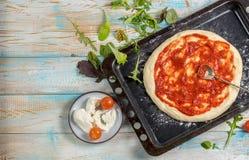 Pizza på en träbästa sikt för tabell royaltyfri foto
