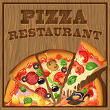 Pizza på en träbakgrund Royaltyfria Bilder