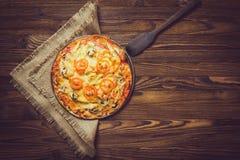 Pizza på en trätabell Arkivbilder