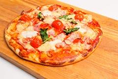 Pizza på ett träbräde Royaltyfria Foton