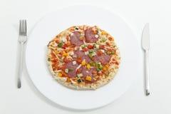 Pizza på plattan som tjänas som, ordnar till för att äta Arkivfoto