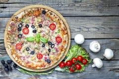 Pizza på retro träbräden för gammal tappning Arkivbilder