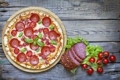 Pizza på retro träbräden för gammal tappning Royaltyfri Fotografi