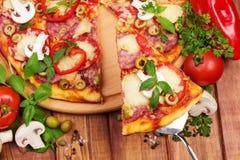 Pizza på tabellen Fotografering för Bildbyråer