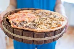 Pizza på trä Royaltyfri Fotografi