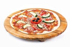 Pizza på träplattan Arkivfoton