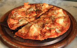 Pizza på träplattan Fotografering för Bildbyråer