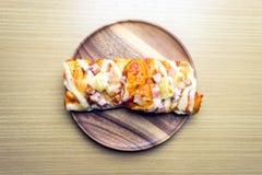 Pizza på träplattan Royaltyfri Foto