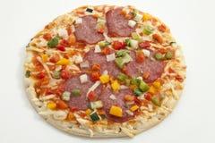 Pizza på vit bakgrund, slut upp Royaltyfri Fotografi