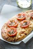 Pizza, pan con queso y tomates, aceite de oliva extraordinariamente virginal Fotos de archivo