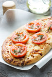 Pizza, pan con queso y tomates rojos, aceite de oliva Fotografía de archivo