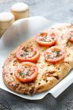 Pizza, pan con queso y tomates rojos, especias Fotografía de archivo libre de regalías