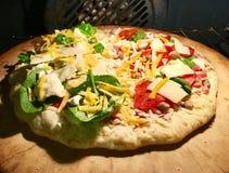 Pizza para dos en el horno fotos de archivo