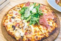 Pizza Parma Ham Rocket und Speck-Pilz Stockfotos