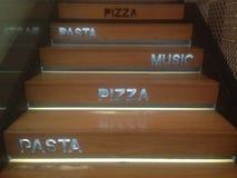 Pizza, pastas y escaleras de la música Imagen de archivo libre de regalías