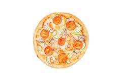 Pizza perfeita com fatias de cebola da polpa dos tomates e de pimenta doce isoladas em um fundo branco Vista superior Fotografia de Stock Royalty Free