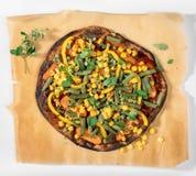 Pizza picante do vegetariano com milho, ervilhas, feijão verde e oréganos imagens de stock royalty free