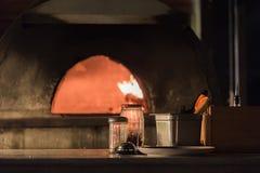 pizza piekarnik w otwartej kuchennej włoskiej restauraci obrazy royalty free